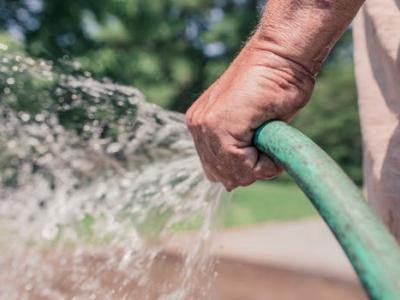 Jak mít krásně zelený trávník v horkém počasí a zároveň ušetřit až 50% zálivkové vody?